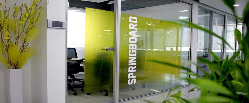 Adesivi per vetrine stampa digitale di adesivi pvc per vetrine. Vetrofanie per tutte le superfici personalizzati