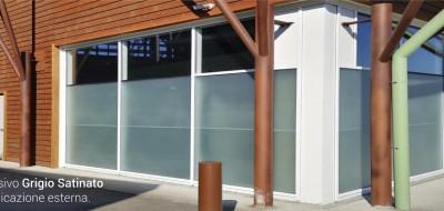 Adesivi in PVC grigio satinato: per decorare la tua privacy